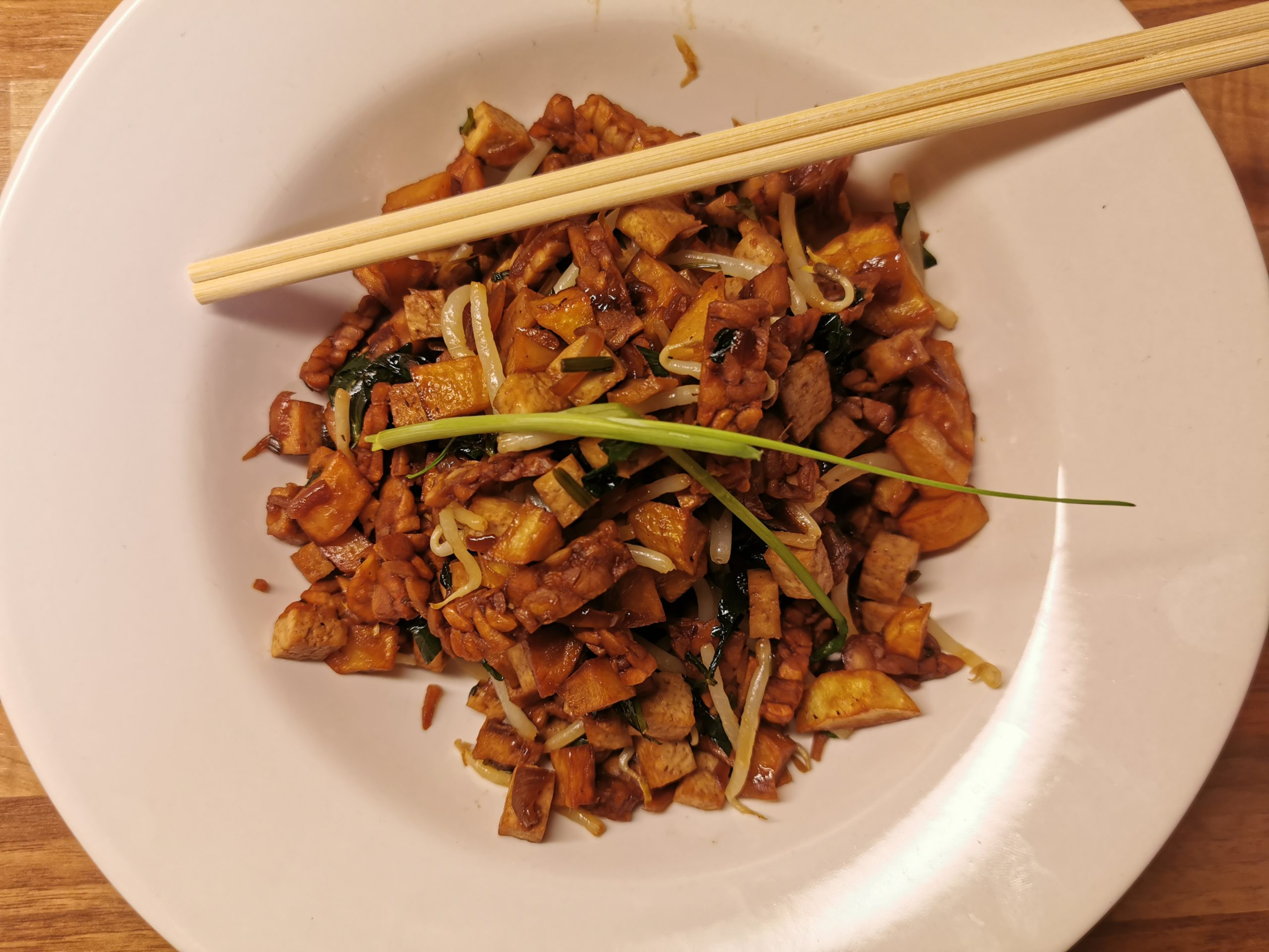 Indonesische Ketoprak salade met tahoe en tempeh